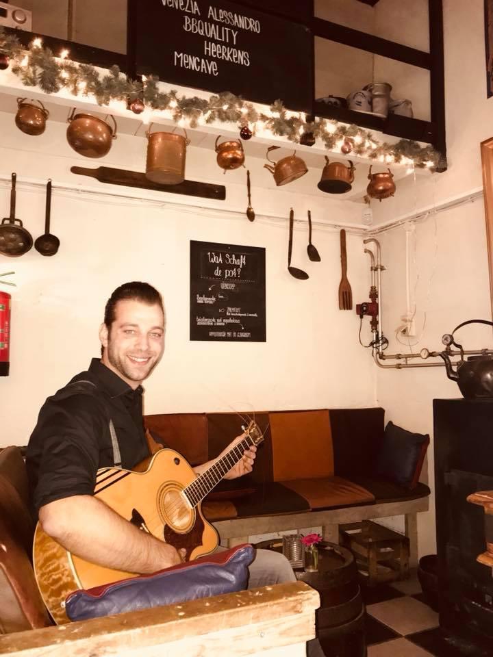 Gitarist Rick bij Bierbrouwerij Oijen nabij Oss